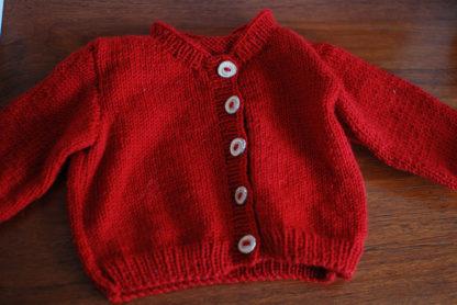 Stickad babykofta med knappar