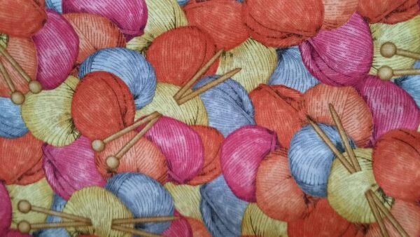 4. Tyg färgglada nystan och stickor